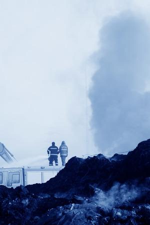 唐山 - 11 月 20 日: 消防士火災、2013 年 11 月 20 日、唐山市、河北省、中国のシーンでスプリンクラー。