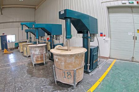materia prima: Luannan County - 5 gennaio: La canna materia prima in officina fabbricazione fango, nel ZhongTong Ceramics Co., Ltd. 5 Gennaio 2014, Luannan County, nella provincia di Hebei, Cina. Editoriali