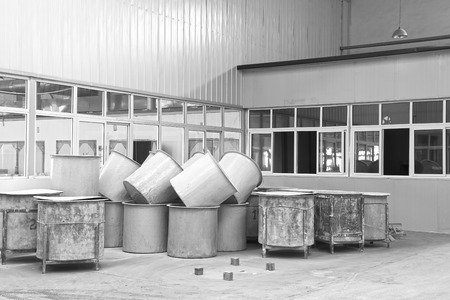 materia prima: Contea di Luannan - 5 GENNAIO La canna materia prima nella bottega di fango produzione, nella Zhongtong Ceramica Co, Ltd 5 Gen 2014, Contea di Luannan, provincia di Hebei, Cina