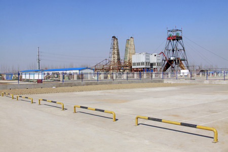 parking facilities: Macheng - 06 de marzo: Torre de perforaci�n de perforaci�n en mina de hierro Macheng el 6 de marzo de 2014, el condado de Luannan, provincia de Hebei, China