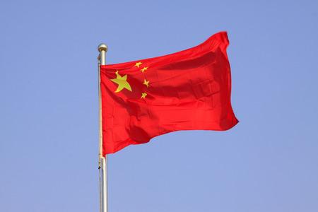 青い空に手を振っている中華民国の国旗。