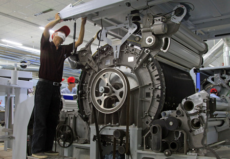 Luannan - 15 avril: Le personnel technique de la filature entretien des machines dans l'usine, le 15 Avril 2014 luannan comté, la province du Hebei, en Chine. Banque d'images - 28273097