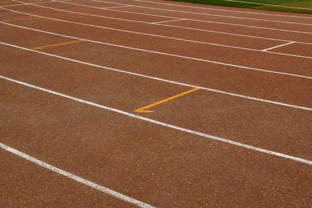 スポーツ地面で濡れた赤いプラスチック滑走路中・高校で 写真素材