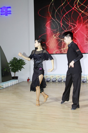 latin dance: TANGSHAN - 31 mei: Latin dansvoorstellingen in een auto markten, op 31 mei 2014, Tangshan stad, de provincie Hebei, China