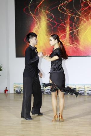 latin dance: TANGSHAN - 31 mei: Latin dansvoorstellingen in een auto markten op 31 mei 2014, Tangshan stad, de provincie Hebei, China