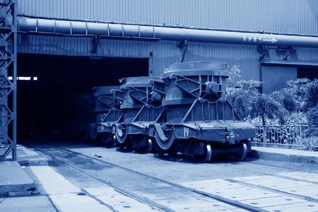 crisol: Transportar fundido veh�culo crisol de hierro en las f�bricas de acero, detalle de la foto Foto de archivo