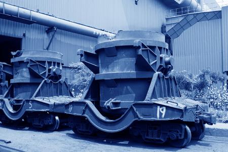 crisol: Transportar fundido veh�culo crisol de hierro en las f�bricas de acero, detalle de la foto Editorial