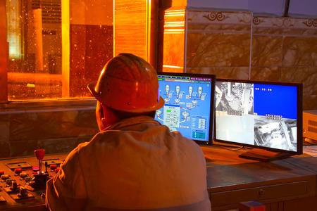唐山 - 6 月 19 日: 製鉄所コンバーター労働者緊張する作業、2014 年 6 月 19 日で唐山市、河北省、中国