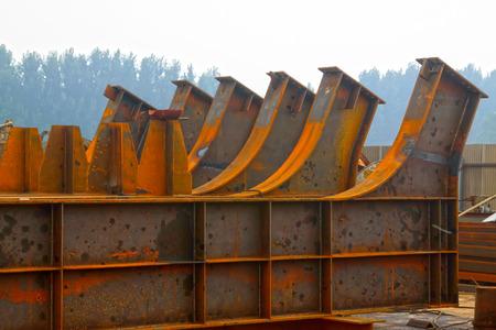 charpente m�tallique: structure en acier arrim� ensemble, gros plan de la photo