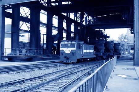 crisol: Tangshan - JUNIO 19: Transporte crisol de hierro fundido de tren, el 19 de junio de 2014, la ciudad de Tangshan, provincia de Hebei, China