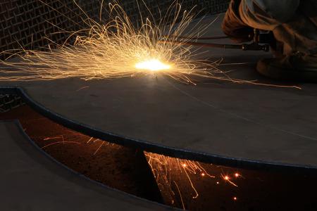 piastra acciaio: Taglio lamiera di acciaio EDM in un laboratorio, primo piano di foto