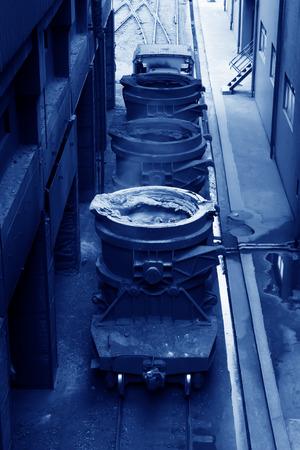 crisol: Hierro fundido caliente en el crisol, primer plano de la foto