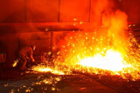 鐵高炉出溶鉄に写真のクローズ アップを噴き出す 写真素材