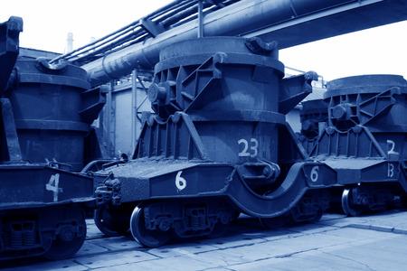 crisol: Tangshan - 19 de junio: Transporte crisol de hierro fundido de tren, el 19 de junio de 2014, la ciudad de Tangshan, provincia de Hebei, China