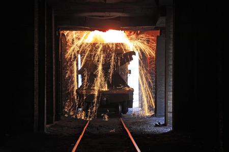 crisol: Tangshan - JUNIO 20: Transporte crisol de hierro fundido de tren, el 20 de junio de 2014, la ciudad de Tangshan, provincia de Hebei, China