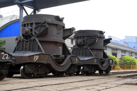 crisol: TANGSHAN - 20 de junio: Transporte crisol de hierro fundido de tren, el 20 de junio de 2014, la ciudad de Tangshan, provincia de Hebei, China