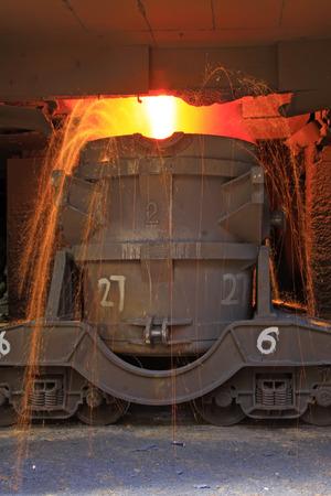 crisol: TANGSHAN - JUNIO 20: Transporte de hierro fundido del crisol, el 20 de junio de 2014, la ciudad de Tangshan, provincia de Hebei, China