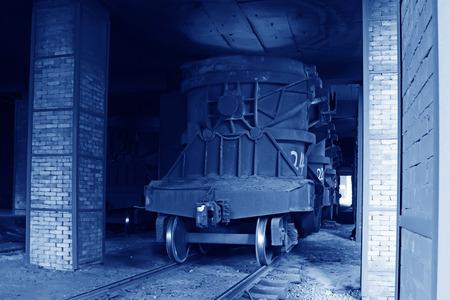 crisol: TANGSHAN - 14 de junio: Transporte crisol de hierro fundido de tren, el 14 de junio de 2014, la ciudad de Tangshan, provincia de Hebei, China