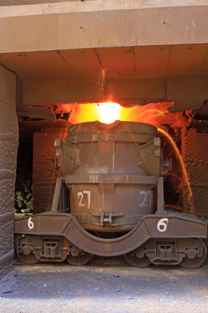 crisol: Tangshan - 20 de junio: Transporte hierro fundido crisol, el 20 de junio de 2014, la ciudad de Tangshan, provincia de Hebei, China Editorial