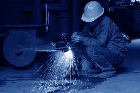 piastra acciaio: TANGSHAN - 20 giugno: I lavoratori di taglio della lamiera di acciaio in un impianto siderurgico, il 20 giugno 2014, citt� di Tangshan, provincia di Hebei, Cina