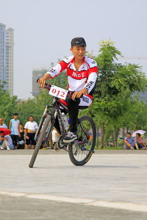 efectos especiales: LUANNAN - 02 de agosto: Bicicleta desempe�o efectos especiales en una plaza el 2 de agosto de 2014, el condado de Luannan, provincia de Hebei, China