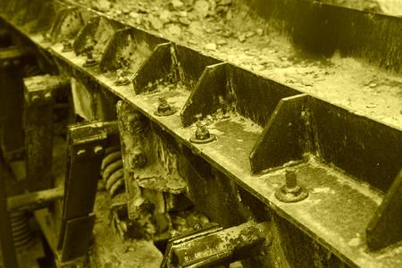 piastra acciaio: ossidazione lamiera di acciaio arrugginito e bulloni, primo piano di foto