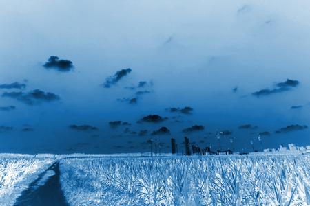 grue  tour: champs et grue � tour sous le ciel bleu, gros plan de la photo