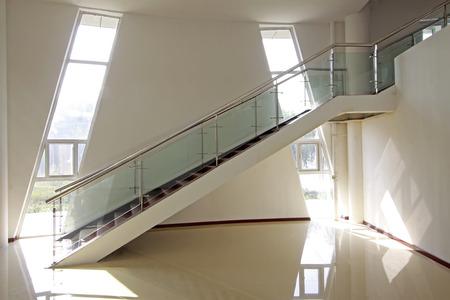 Rampes de verre et d'acier inoxydable dans une galerie d'art Banque d'images - 60600126