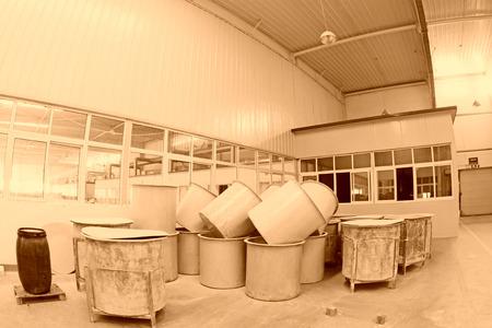 materia prima: Contea di Luannan - 5 gennaio: La canna materia prima nella bottega di fango produzione, nella Zhongtong Ceramics Co., Ltd. 5 Gennaio 2014, Contea di Luannan, provincia di Hebei, Cina.