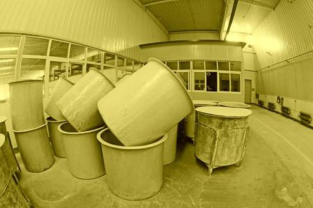 materia prima: LUANNAN CONDADO - 05 de enero: El barril de materia prima en el taller de barro decisiones, en el ZhongTong Ceramics Co., Ltd. 05 de enero 2014, el condado de Luannan, provincia de Hebei, China.