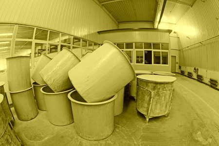 materia prima: Luannan County - 5 gennaio: La canna materia prima in officina fango produzione, nella Zhongtong Ceramica Co, Ltd 5 Gennaio 2014, Contea di Luannan, nella provincia di Hebei, Cina. Editoriali
