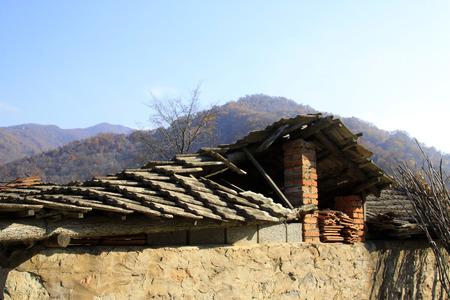 derrumbe: Contraer caba�a de madera, de cerca de foto Editorial
