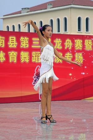LUANNAN COUNTY - AUGUST 10: Latin dance performances in the open air, on august 10, 2014, Luannan County, Hebei Province, China. 新聞圖片