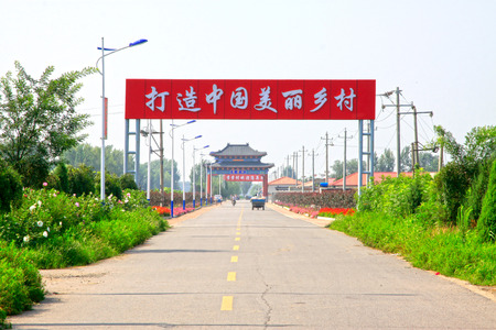 transporte terrestre: LUANNAN CONDADO - 07 de agosto: China monumentos arquitectónicos tradicionales de estilo y placas en el campo, en 07 de agosto 2014, el condado de Luannan, provincia de Hebei, China.