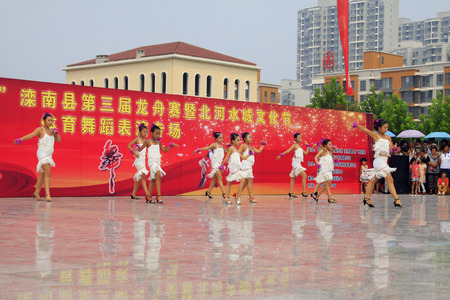 baile latino: LUANNAN CONDADO - 10 de agosto: espect�culos de danza Los ni�os latinos en el aire abierto, el 10 de agosto de 2014, el condado de Luannan, provincia de Hebei, China. Editorial