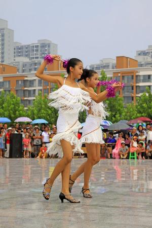 latin dance: Luannan County - AUGUSTUS 10: Latijns-Amerikaanse dans optredens in de open lucht, op 10 augustus 2014, Luannan County, de provincie Hebei, China.