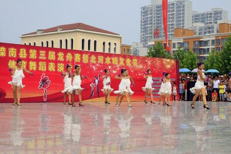 latin dance: Luannan County - AUGUSTUS 10: Kinderen Latijns-Amerikaanse dans optredens in de open lucht, op 10 augustus 2014, Luannan County, de provincie Hebei, China.