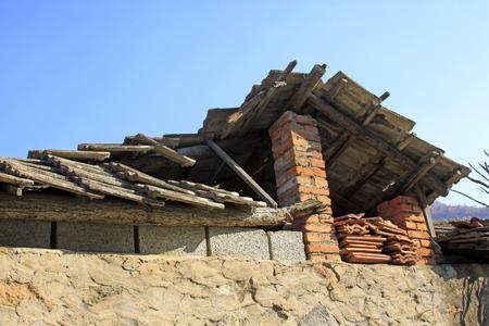 derrumbe: Contraer caba�a de madera, de cerca de foto Foto de archivo
