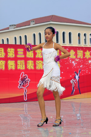 latein tanz: Luannan County - 10. August: Latin Tanzauff�hrungen im Freien, am 10. August 2014, Luannan County, Provinz Hebei, China.