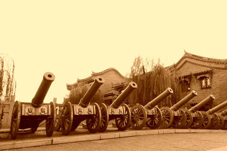 etiquette voyage: Les rangées de canon, le 10 Novembre 2013, le comté Luan, province du Hebei, en Chine. Banque d'images