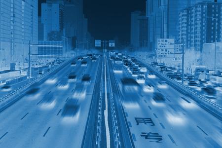 北京 - 1 月 17 日: 北京、中国の 2014 年 1 月 17 日、上高速道路上のトラフィック。