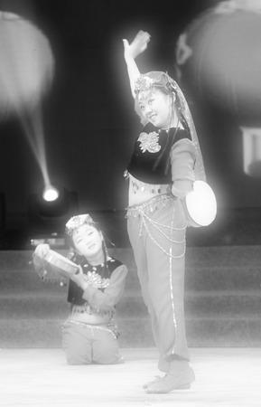 niños actuando: Tangshan - 26 de enero: Los espectáculos de danza del tambor de la mano los niños en el escenario, el 26 de enero de 2014, de Tangshan, China.