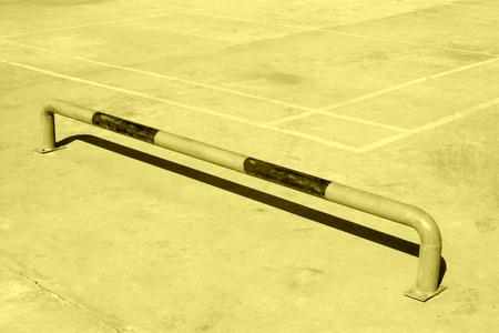 parking facilities: plazas de aparcamiento en el suelo de cemento, primer plano de la foto