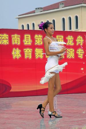 bailes latinos: LUANNAN CONDADO - 10 de agosto: actuaciones de baile latino en el aire abierto, el 10 de agosto de 2014, el condado de Luannan, provincia de Hebei, China. Editorial