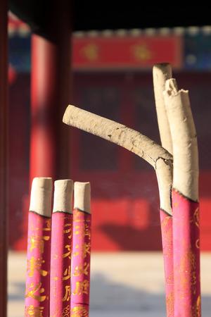 incienso: incienso en un templo Foto de archivo