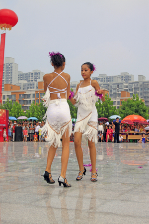 baile latino: LUANNAN CONDADO - 10 de agosto: actuaciones de baile latino en el aire abierto, el 10 de agosto de 2014, el condado de Luannan, provincia de Hebei, China. Editorial