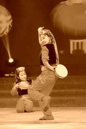 ni�os actuando: Tangshan - 26 de enero: Los espect�culos de danza del tambor de la mano los ni�os en el escenario, el 26 de enero de 2014, de Tangshan, China.