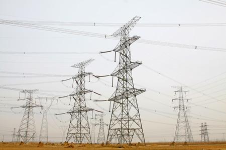 circuito electrico: Primer torres y líneas de energía eléctrica, de la foto Foto de archivo