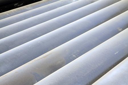 commodities: Tubos de acero del moho oxidación en el muelle del envío, primer plano de la foto