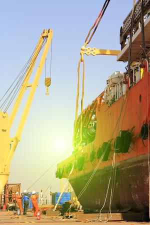 fixed: El puerto de Tianjin - 23 de marzo: los trabajadores fueron atados y fijados buque, el 23 de marzo de 2015, puerto de Tianjin, Tianjin, China.